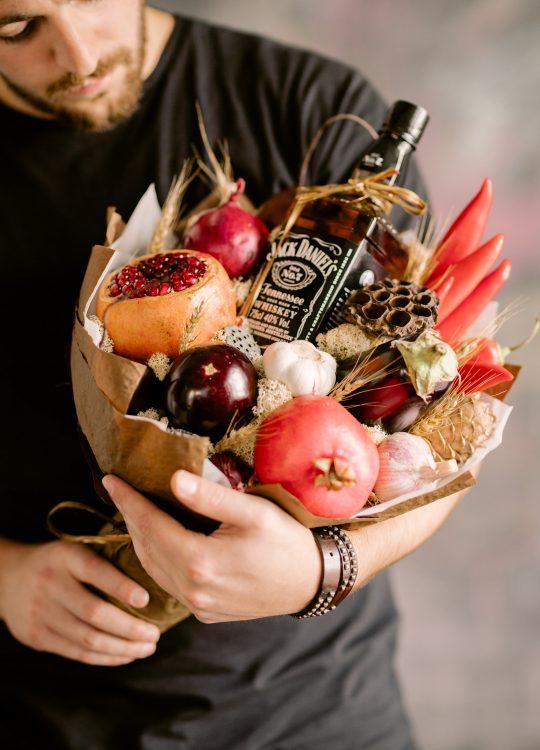 красивый фруктовый съедобный букет Москва Vegato STUDIO Вегато Блэк Джек