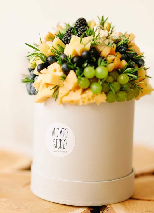 красивый фруктовый съедобный букет Москва Vegato Вегато Ривьера на шляпной коробке