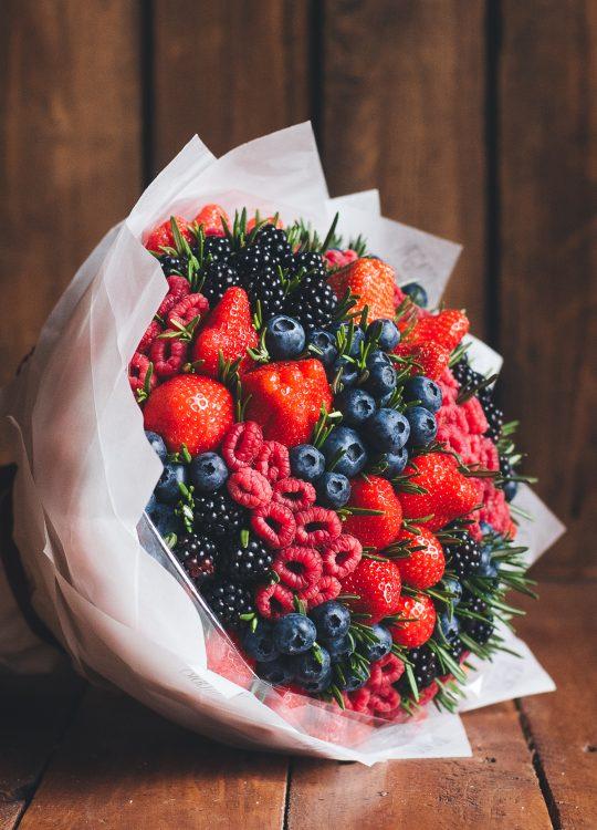 красивый фруктовый съедобный букет Москва Vegato STUDIO Вегато Лолита