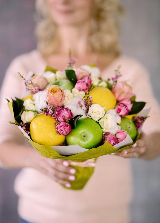 красивый фруктовый съедобный букет Москва Vegato STUDIO Вегато Амели