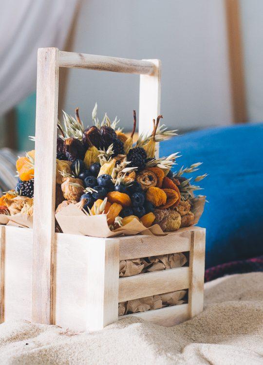 красивый фруктовый съедобный букет Москва Vegato STUDIO Вегато Корзинка Сахара с ягодами