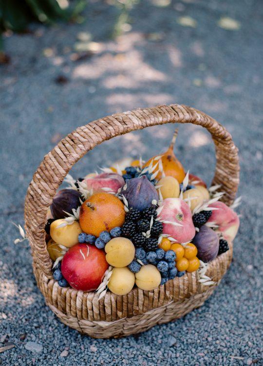 красивый фруктовый съедобный букет Москва Vegato STUDIO Вегато Корзина Фиджи