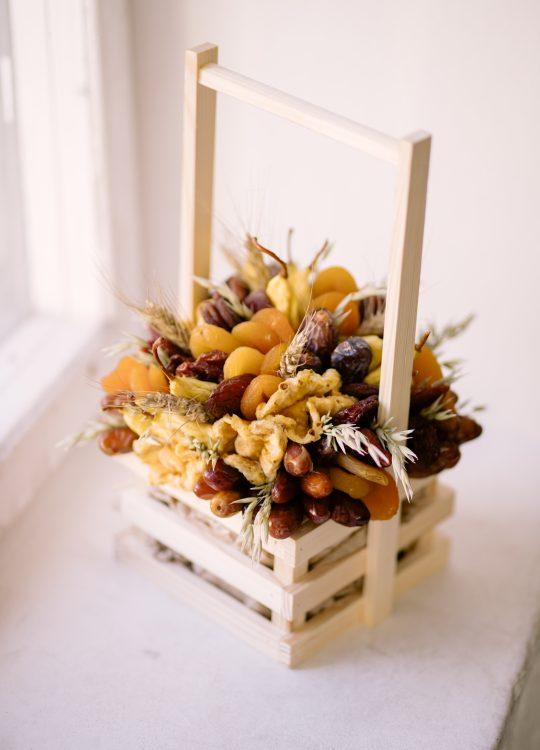 красивый фруктовый съедобный букет Москва Vegato STUDIO Вегато Корзинка Сахара