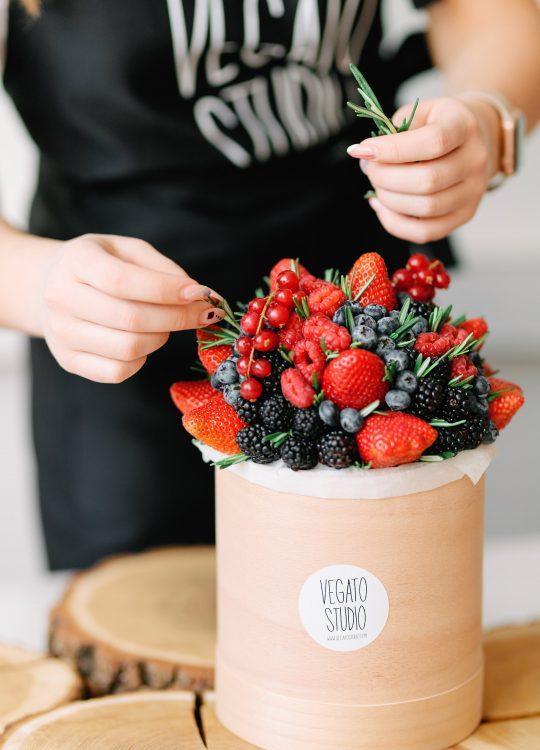 красивый фруктовый съедобный букет Москва Vegato STUDIO Вегато Лолита на шляпной коробке