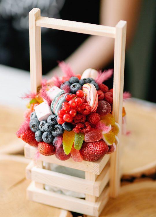 красивый фруктовый съедобный букет Москва Vegato Вегато Корзинка Аврора
